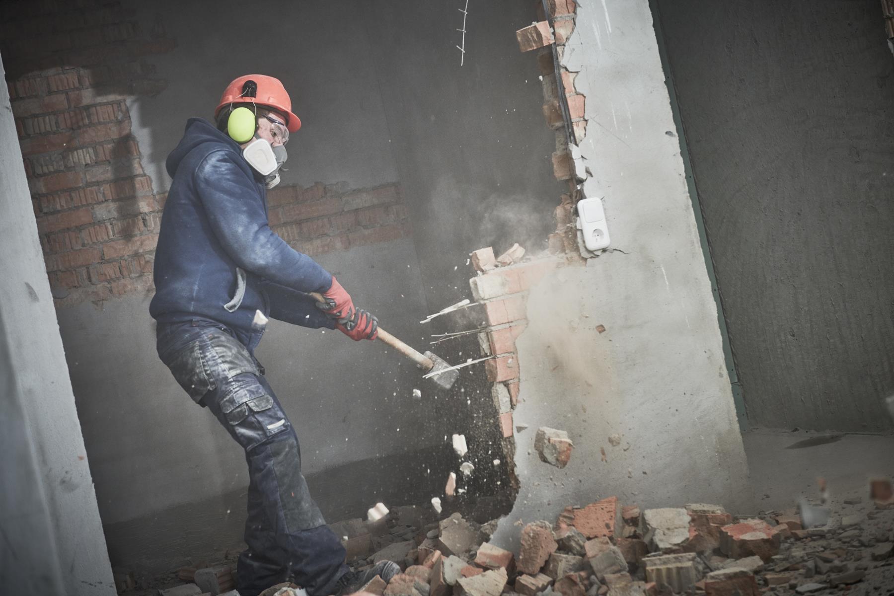 Wyburzenie ściany wymaga pozwolenia na budowę?
